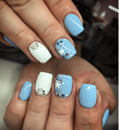 Голубой маникюр с ракушками и стразами