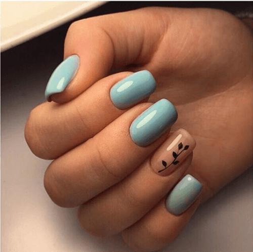 Голубой маникюр с растительным орнаментом