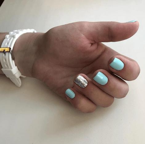 Голубой маникюр с серебряными блестками