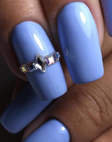 Голубой маникюр с украшениями