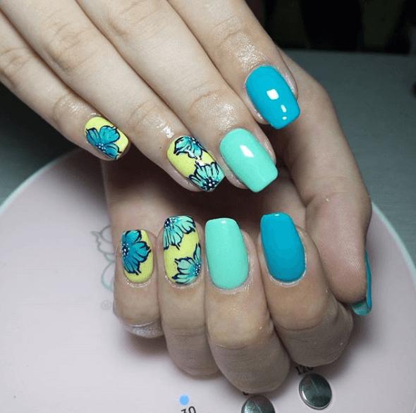 Голубой маникюр с желтым и дизайном цветы