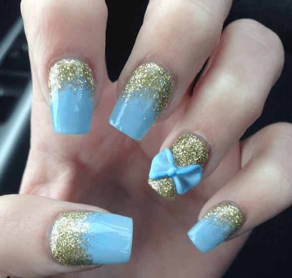 Голубой маникюр с золотой пудрой и бантиком из акрила
