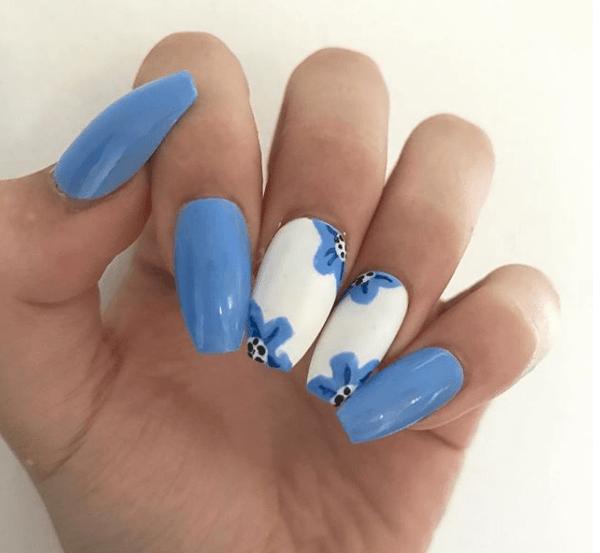Голубой с белым маникюр с цветами