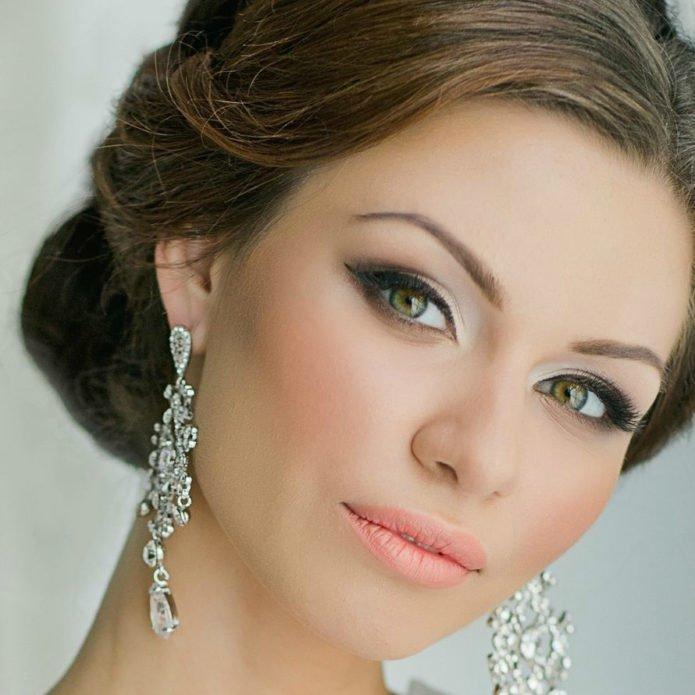 Греческий макияж в сочетании с красивыми серьгами