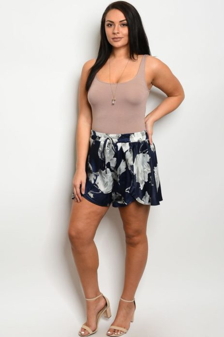 Летние шорты с цветочным орнаментом для полной женщины