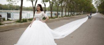 Необычно длинное свадебное платье