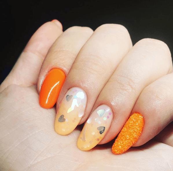 Оранжево-белый градиент и камифубуки сердечки в маникюре