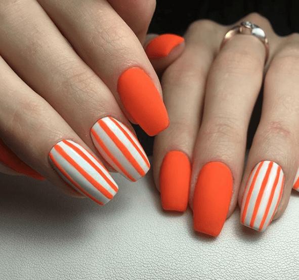 Оранжево-белый маникюр в полоску