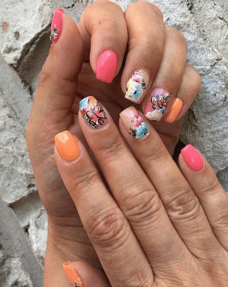 Оранжево-розовый маникюр с рисунками цветов и бабочек