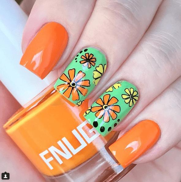 Оранжево-зеленый маникюр с цветами