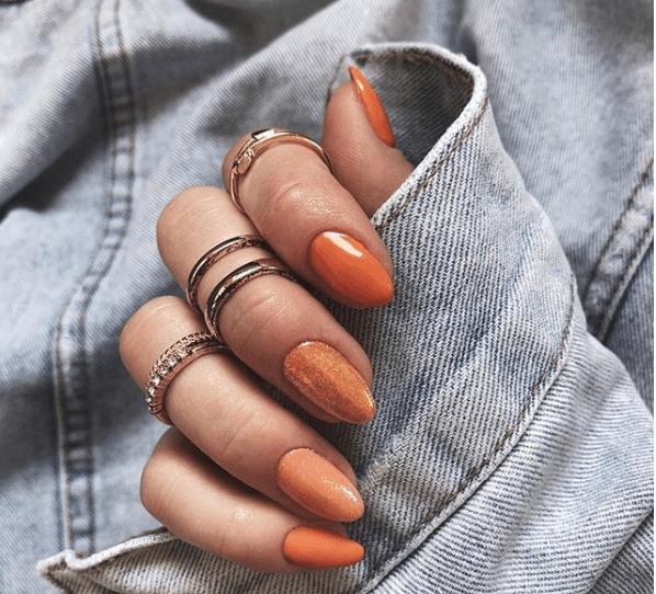 Оранжевй маникюр с переходами цвета на ногтях