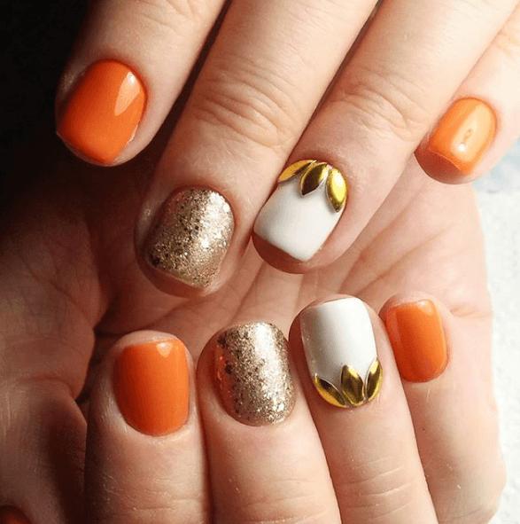 Оранжевый маникюр с белым и золотом на короткие ногти