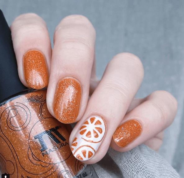 Оранжевый маникюр с белым узором апельсин