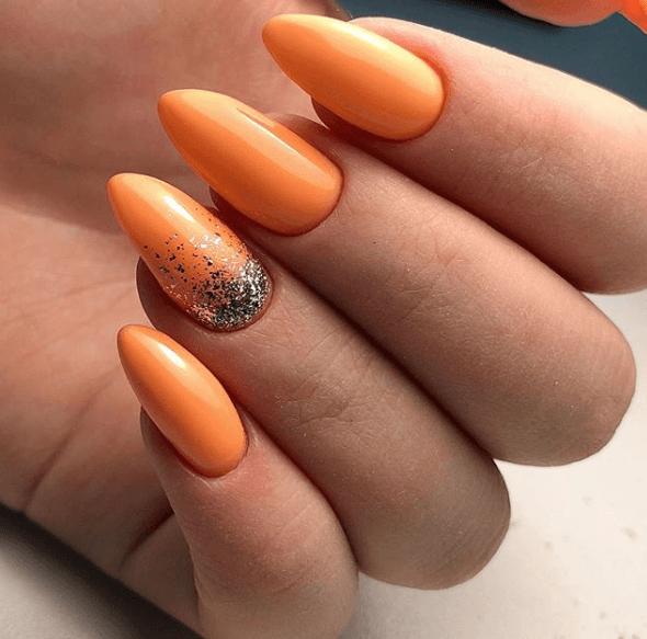 Оранжевый маникюр с блёстками