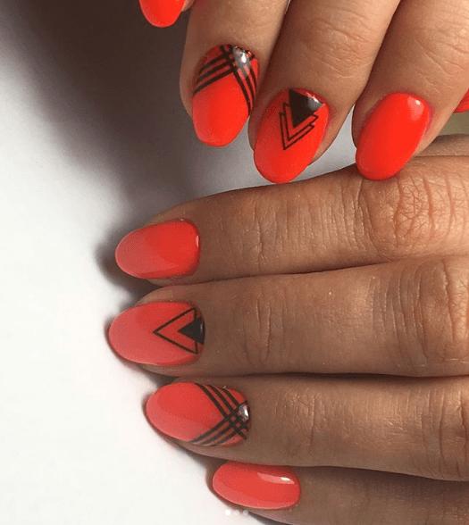 Оранжевый маникюр с черными геометрическими узорами
