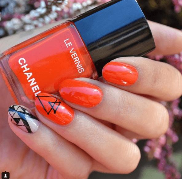 Оранжевый маникюр с черными узорами треугольники