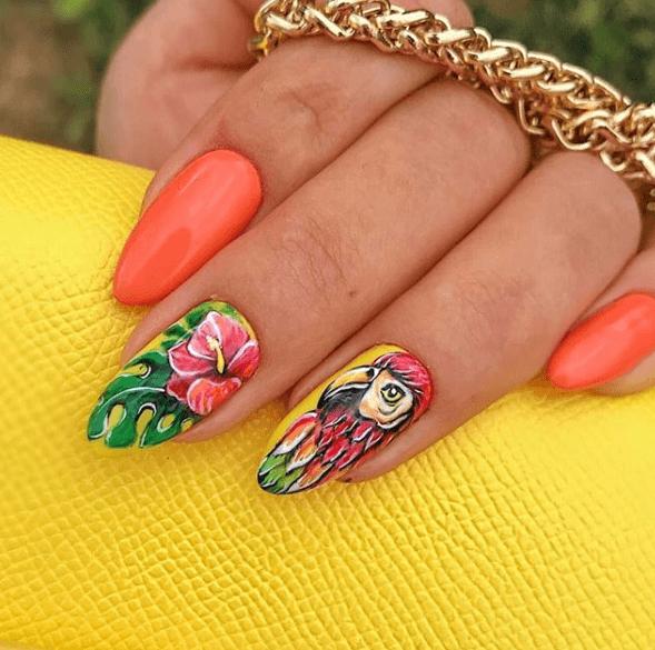 Оранжевый маникюр с дизайном цветок и попугай