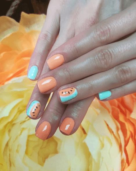 Оранжевый маникюр с голубым