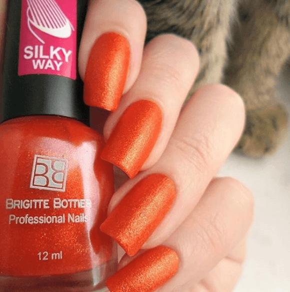 Оранжевый маникюр с перламутром