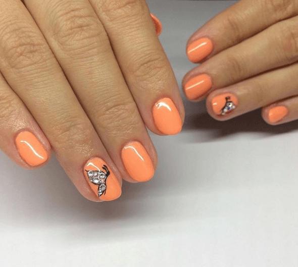 Оранжевый маникюр с рисунком бабочки