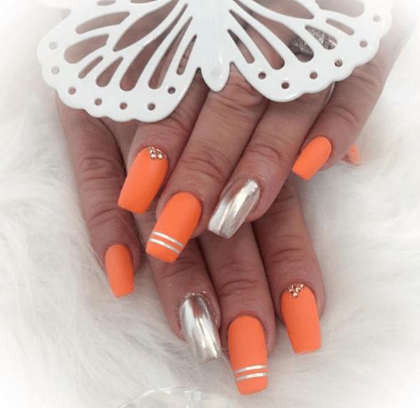 Оранжевый маникюр с серебром, стразами и металлической лентой