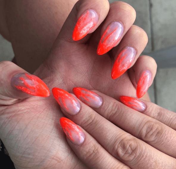 Оранжевый маникюр с узором по краю ногтя