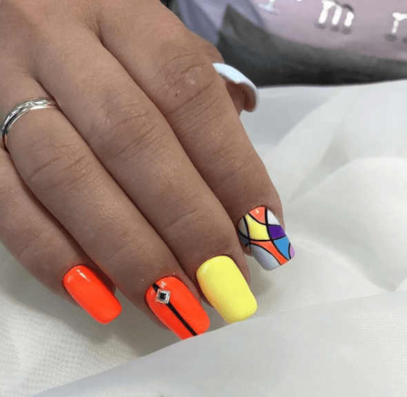 Оранжевый маникюр с жёлтым и разноцветными вставками