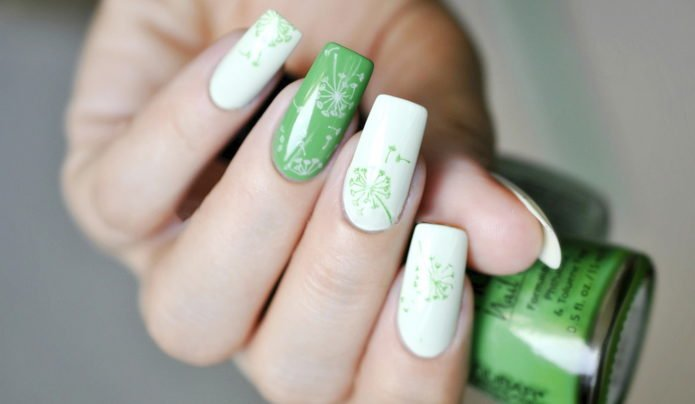 Белый, зеленый цвета и мотив одуванчика в маникюре