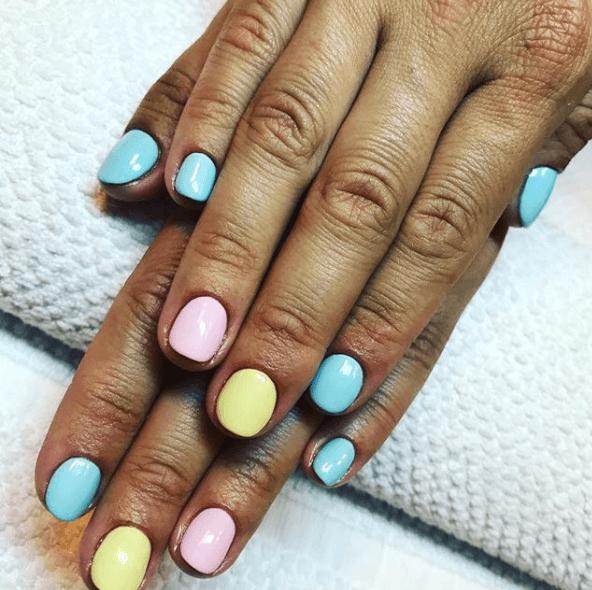 Пастельный марикбр на короткие ногти в голубых, желтых и розовых тонах