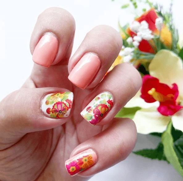 Персиковый маникюр с цветами