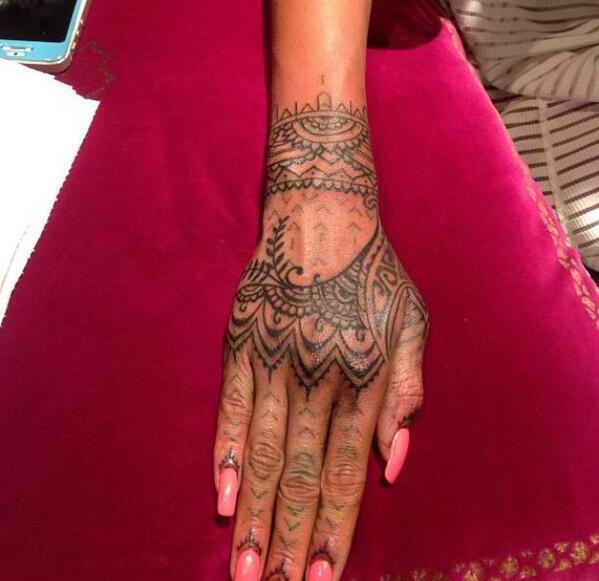 Рука Рианы с татуировкой