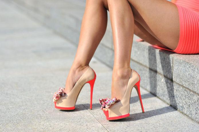 Бежевые туфли с красными каблуками и подошвой