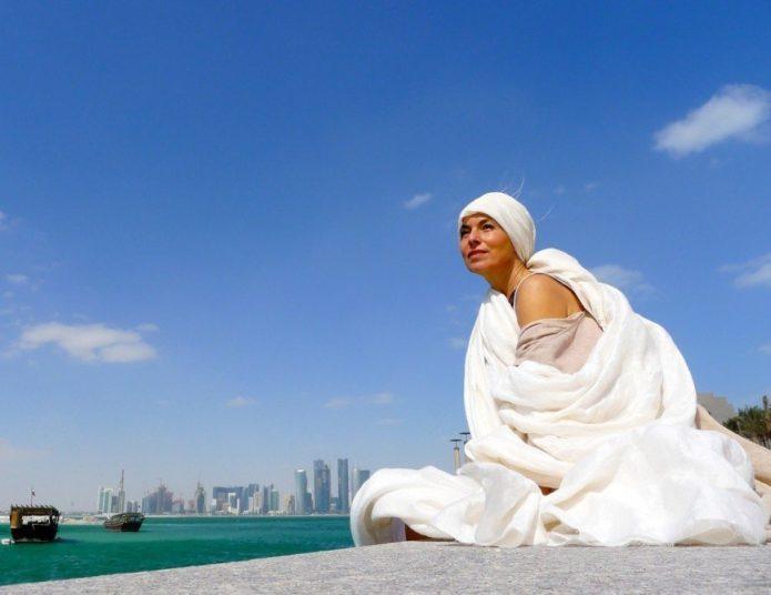 Ясмина Росси в облаке белой ткани