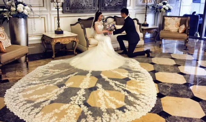 Свадебное платье с длинным прозрачным подолом