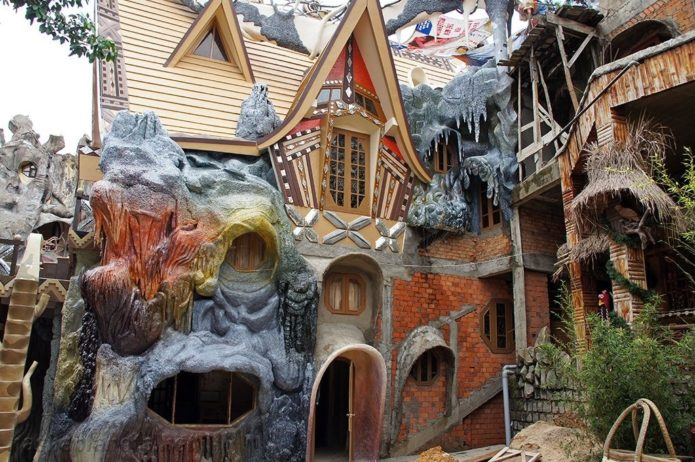 Фасад безумного дома
