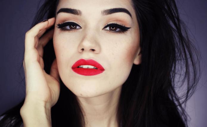Чёрные стрелки и красные губы