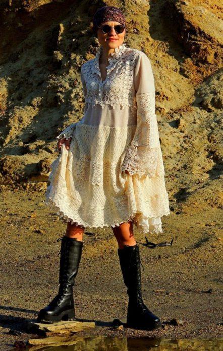 Кружевное платье бохо с грубыми сапогами