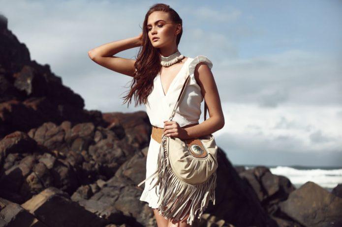 Платье бохо в сочетании с белой сумкой
