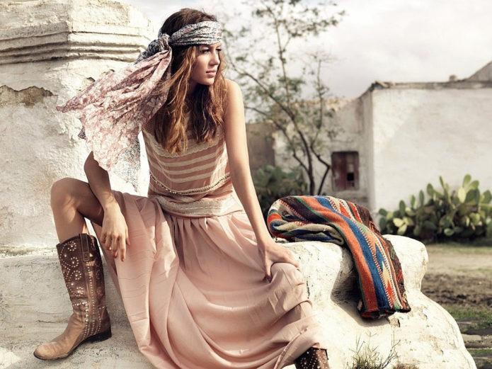 Платье бохо с платком и сапогами в стиле кантри