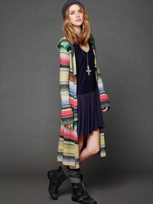 Темное платье бохо с ярким кардиганом