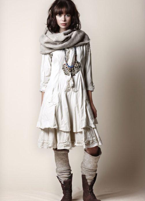 Платье бохо с шарфом, шерстяными носками и походными ботинками