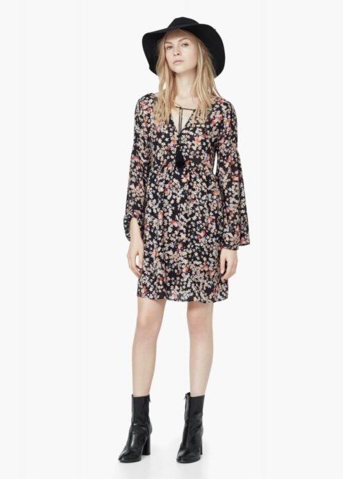 Платье бохо с цветочным принтом, кожаными шляпой и ботинками