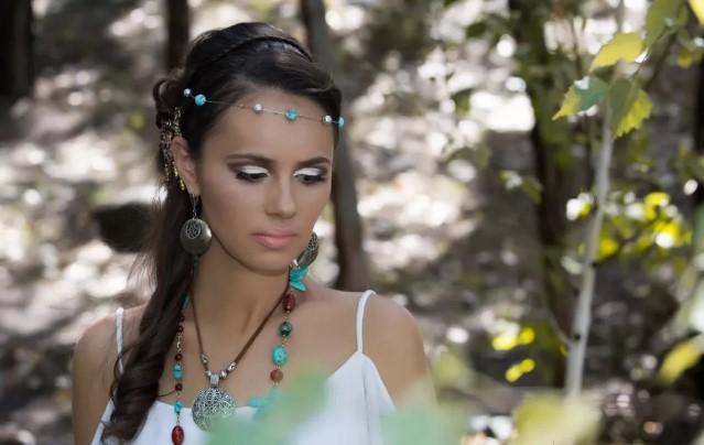 Девуша с сияющим макияжем