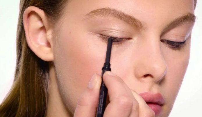 Девушка накладывает макияж