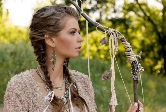 Девушка с косами