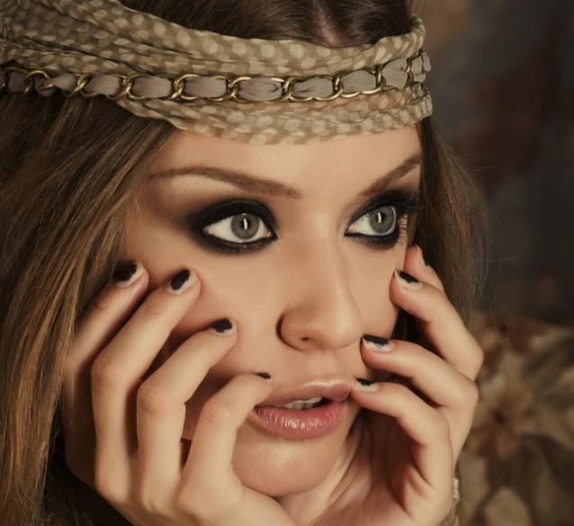 Девушка с подведёнными глазами