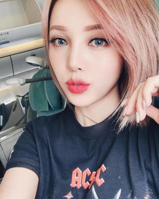 Корейский макияж на лице светловолосой девушки