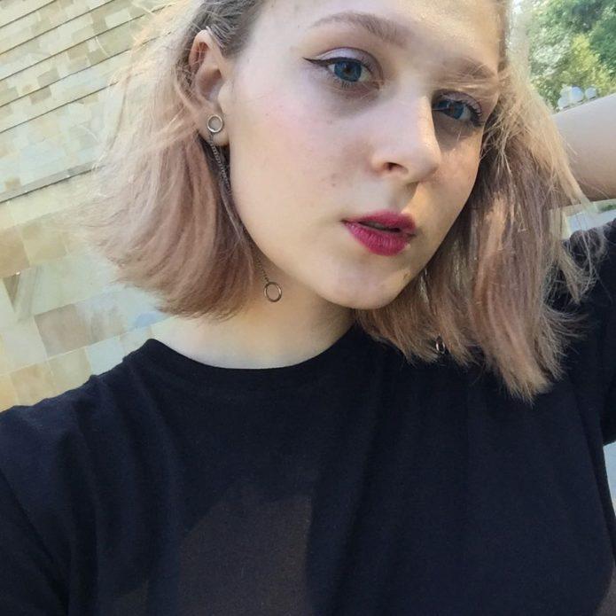 Корейский макияж со стрелками для светловолосой девушки