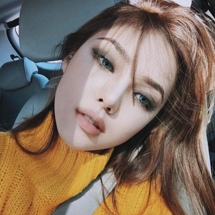 Корейский макияж с использованием стрелок для темноволосой девушки