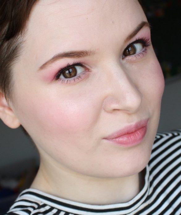 Корейский макияж с использованием светлых теней для век